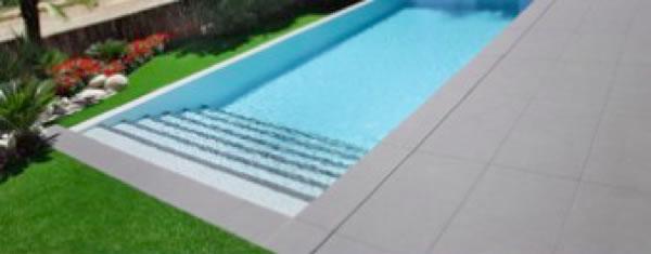 Piscine di lusso royalpool piscine su misura materiali for Pavimentazione della piscina